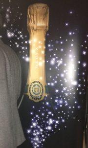 Plakat mit Champagnerflasche