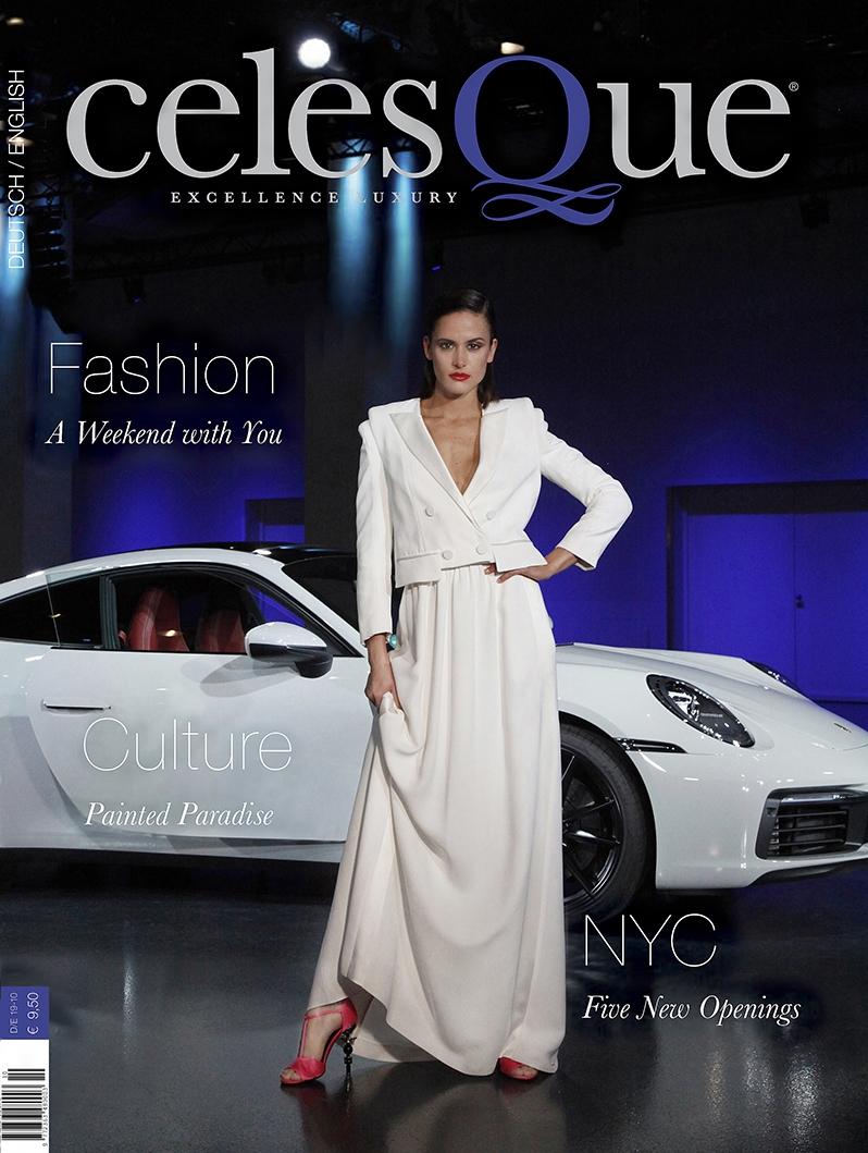 Model in weißem Kleid steht vor Porsche
