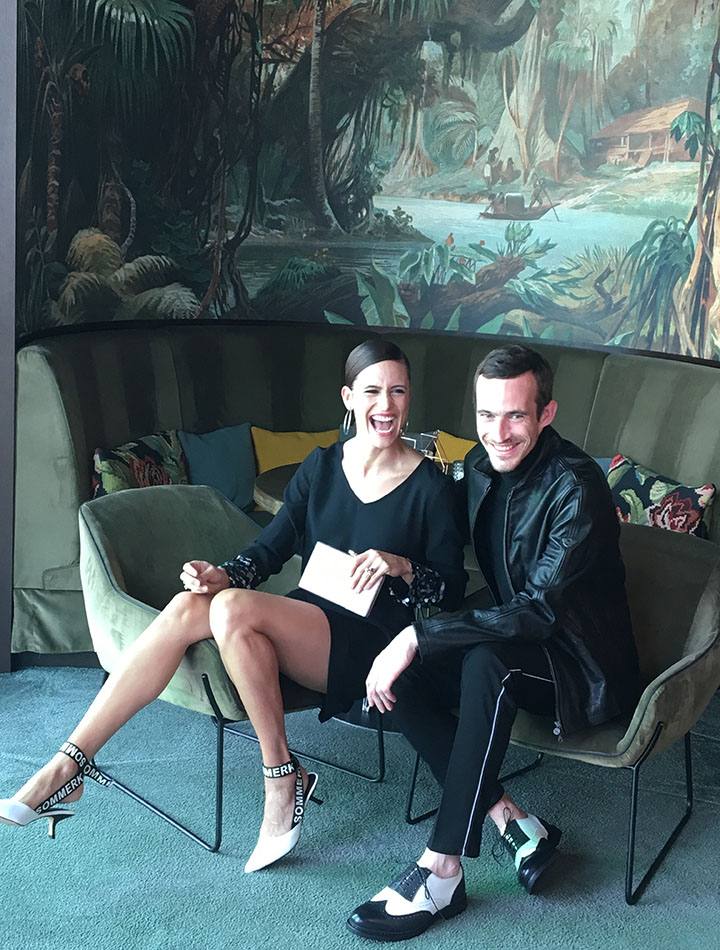 Karlla und Ramon sitzen in der Bar Loft14