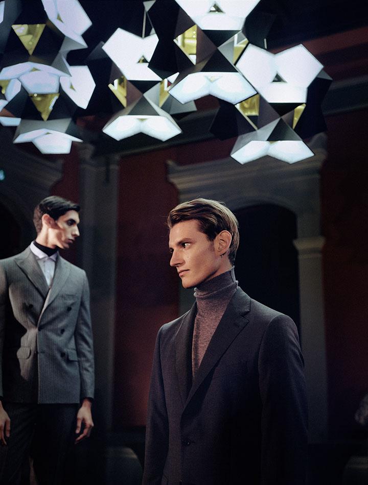zwei männliche Models stehen  in Manheimer Berlin Anzügen im Lipidarium