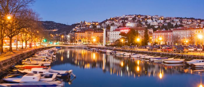 Rijeka bei Nacht