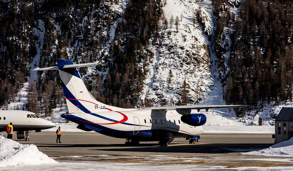 Flugzeug wartet auf den Abflug