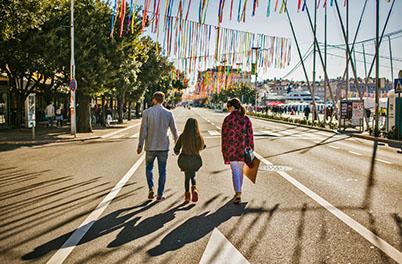Touristen auf der Hafenpromenade