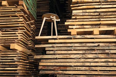 TEAM 7 hi! Ei-W Stuhl zwischen Holzlatten