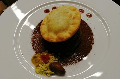 Vorspeise Frittiertes Raviolo, gefüllt mit Riesengarnelen
