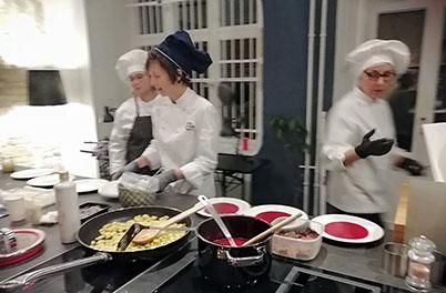 Nadia Christina Tappen mit Mitarbeitern in der Küche