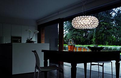 Foscarini Caboche-Lampe hängt über einem Esstisch