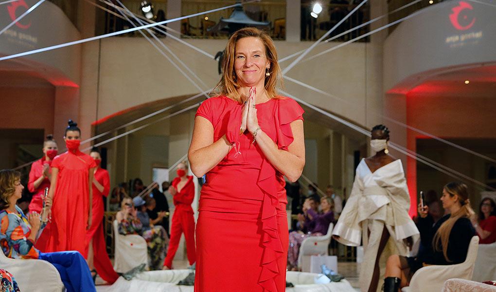 Designerin Anja Gockel im roten Kleid im Hotel Adlon