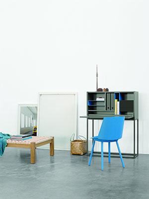 blauer Stuhl steht vor Schreibtisch