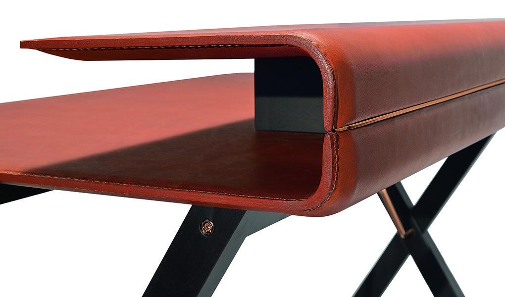Schreibtisch in Leder