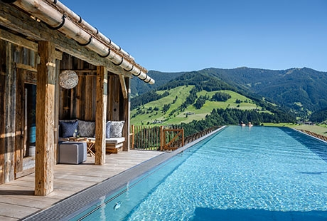 Pool inmitten der Berge