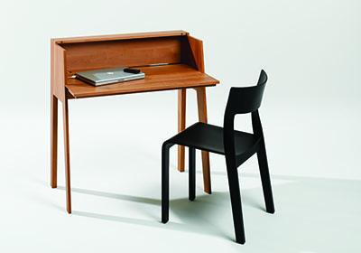 schwarzer Stuhl steht vor Schreibtisch