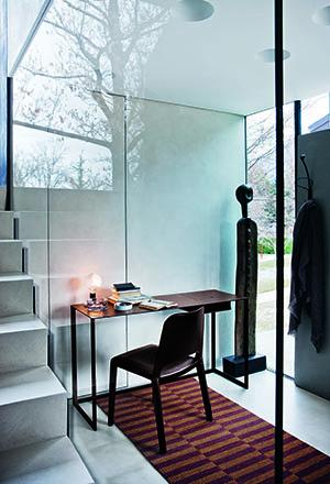 Schreibtisch mit Stuhl steht im Flur