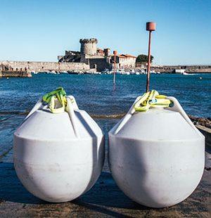 zwei Weinbojen stehen am Atlantik