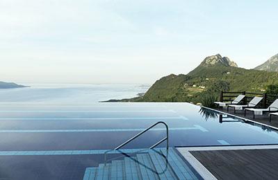 Blick vom Infinity-Pool auf den Gardasee