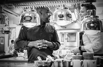 Koch Nelson Müller und Kollege in der Küche