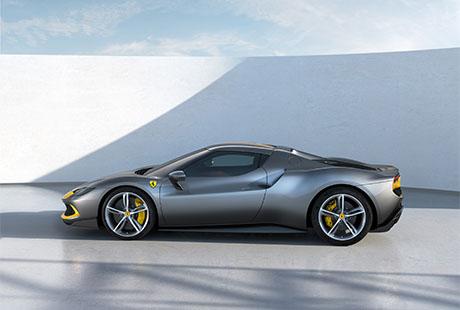 Ferrari 296 GTB Assetto Fiorani schwarz gelb von der Seite